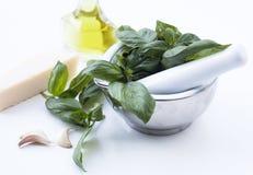 Ingredienser för den Genovese Pestoallaen - basilika, parmesan, vitlök, nolla Arkivfoton