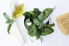 Ingredienser för den Genovese Pestoallaen - basilika, parmesan, vitlök, nolla Arkivbilder
