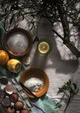 Ingredienser för en kaka sockrar, pudrar, citronägg och mistel Royaltyfria Foton