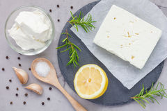 Ingredienser för feta, gräddost, rosmarin, citron och vitlök doppar Arkivbilder