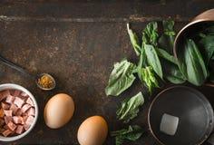 Ingredienser för Florentine ägg med spenat på den bästa sikten för rostig bakgrund Royaltyfria Bilder