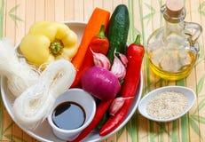 Ingredienser för framställning av kryddiga glass nudlar med grönsaker - morötter, gurka, peppar, vitlök Asiatisk och orientalisk  Fotografering för Bildbyråer