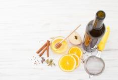 Ingredienser för funderat vin på det vita köksbordet Royaltyfria Foton