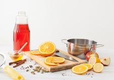 Ingredienser för funderat vin på en vit tabell Royaltyfria Foton