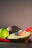 Ingredienser för guacamole, avokado, limefrukt, lök, vitlök, tomat, Royaltyfri Fotografi