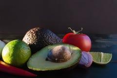 Ingredienser för guacamole, avokado, limefrukt, lök, vitlök, tomat, Arkivfoton