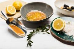 Ingredienser för hemlagade skönhetsmedel på trätabellöverkant Royaltyfri Foto