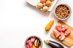 Ingredienser för holistisk bästa sikt för älsklings- mat på vit bakgrund arkivbilder