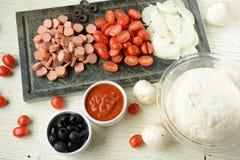 Ingredienser för italiensk pizza arkivfoto