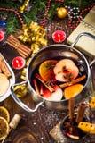 Ingredienser för jul funderade vin i kruka Arkivbilder