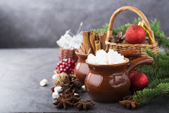 Ingredienser för julen semestrar bakning, drycker eller gåvamarshmallowen, kanelbruna pinnar, anisstjärnor, i korgar Arkivbild
