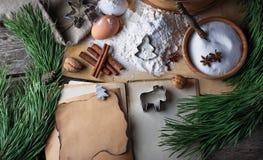 Ingredienser för julkakor och receptbok Arkivbilder