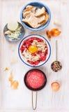 Ingredienser för köttsmå pastejer, grundar rått nötkött, ägget, den blötta bullen, lökar, vitlök Arkivfoton