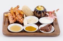 Ingredienser för kropp skurar, skurar din framsida med gurkmeja, och Tanaka, honung, tamarindfrukt och yoghurten. Royaltyfri Foto