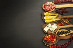 Ingredienser för kryddig grillfest på träskeden Torkade chili och kryddiga peppar fyllde med ost Royaltyfria Foton