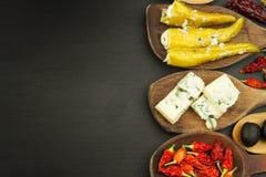 Ingredienser för kryddig grillfest på träskeden Torkade chili och kryddiga peppar fyllde med ost Fotografering för Bildbyråer