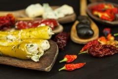 Ingredienser för kryddig grillfest på träskeden Torkade chili och kryddiga peppar fyllde med ost Royaltyfria Bilder