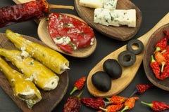Ingredienser för kryddig grillfest på träskeden Torkade chili och kryddiga peppar fyllde med ost Royaltyfri Bild