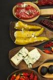 Ingredienser för kryddig grillfest på träskeden Torkade chili och kryddiga peppar fyllde med ost Arkivfoton
