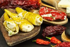 Ingredienser för kryddig grillfest på träskeden Torkade chili och kryddiga peppar fyllde med ost Royaltyfri Fotografi