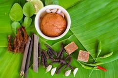 Ingredienser för kryddig thailändsk soppa Tom Yam med chilipeppar och le Arkivfoton