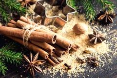 ingredienser för matlagning för anisejul kryddar kanelbruna stjärnasticks arkivfoton