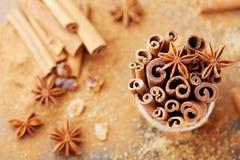 ingredienser för matlagning för anisejul kryddar kanelbruna stjärnasticks Anisstjärna, kanelbruna pinnar och farin royaltyfria bilder