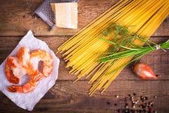 Ingredienser för pasta med scampi Arkivbild