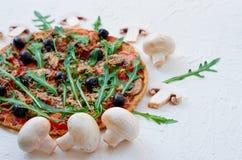 Ingredienser för pizza - nya champinjoner på den vita tabellen med utrymme för fri kopia på rätsidan Vegetarisk Pizza Arkivbild