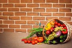 Ingredienser för sallad på köksbordet Arkivfoton