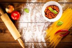 Ingredienser för spagetti på en trätabell Royaltyfri Foto