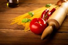 Ingredienser för spagetti på en trätabell Arkivbilder