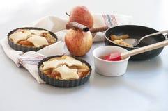 Ingredienser för stekhet äppelpaj Arkivbilder