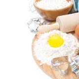 Ingredienser för stekheta kakor - mjöl, ägg- och bakningformer Royaltyfria Bilder
