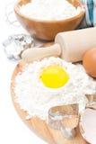 Ingredienser för stekheta kakor - mjöl, ägg- och bakningformer Fotografering för Bildbyråer