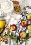 Ingredienser för stekhett äpple och mutterpaj Arkivbild