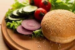 Ingredienser för strikt vegetarianhamburgare med champignons, löken, grönsallat, löken och tomater, slut upp arkivbilder