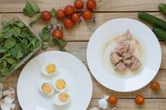 Ingredienser för sund sallad: tonfiskfisk, kokta ägg arkivfoton