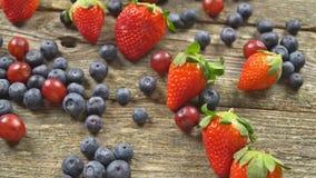 Ingredienser för sunda bär för blåbär för en druvajordgubbe, frukt och träbakgrund, den bästa sikten som är horisontal SAKTAR arkivfilmer