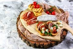 Ingredienser för sunt ätabegrepp Sm?rg?s med fikontr?d och prosciuttoen Gourmet- bruschettamellanm?l f?r Antipasti royaltyfri bild