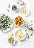 Ingredienser för te för leverdetoxantioxidant på en ljus bakgrund, bästa sikt Torra örter, rotar, blommar för homeopatireceptet f royaltyfria bilder