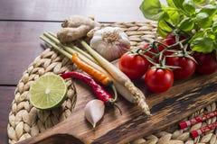 Ingredienser för thailändsk mat, lemongrass, ingefära, vitlök, coctail royaltyfria foton