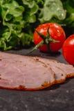 Ingredienser f?r att laga mat italiensk bruschetta p? den m?rka tabellen Italiensk bruschetta med k?rsb?rsr?da tomater, osts?s, s arkivbilder