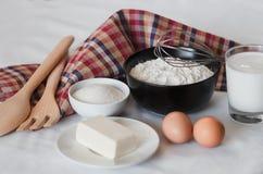 Ingredienser f?r framst?llning av hemlagade pannkakor royaltyfri fotografi