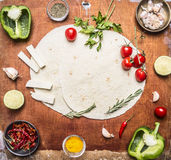 Ingredienser för att laga mat vegetariska burritos pepprar, kalkar, körsbärsröda tomater, kryddor, örter, vitlökost med textområd Arkivbilder