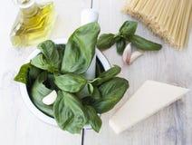 Ingredienser för den Genovese Pestoallaen - basilika, parmesan, vitlök, nolla Royaltyfri Foto