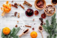 Ingredienser funderade vin eller toddy med kryddor och citruns för vinterafton Helgdagsafton för nytt år för jul Träbakgrundsöver Arkivbilder