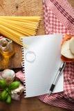 Ingredienser: Italiensk mat med kopia-utrymme för recept Arkivfoton