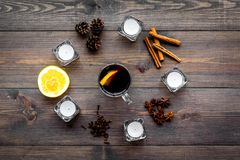 ingredienser mulled wine Kryddakanel och badian, citrusfrukter på bästa sikt för mörk träbakgrund Arkivbild
