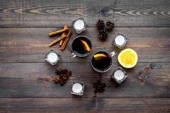 ingredienser mulled wine Kryddakanel och badian, citrusfrukter på bästa sikt för mörk träbakgrund Royaltyfri Foto